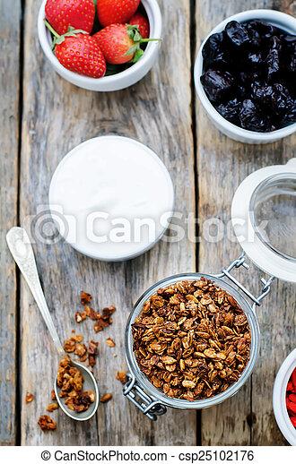 goji, noci, yogurt, fragole, granola, bacche - csp25102176