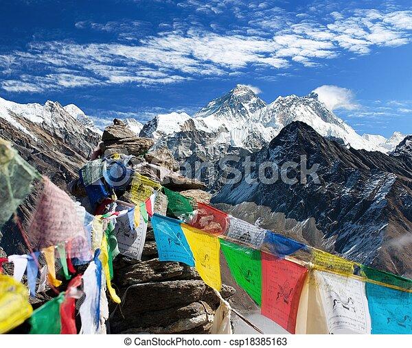 gokyo, népal, -, everest, drapeaux, prière, ri, vue - csp18385163