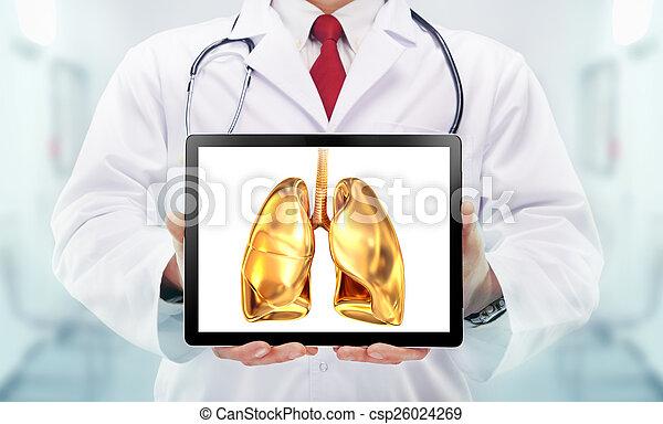 Doktor mit Stethoskop und goldenen Lungen in einem Krankenhaus - csp26024269