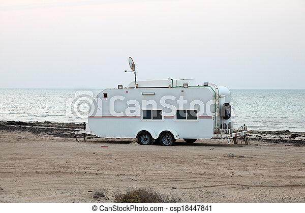 Trailer en la playa del golfo en Qatar, Oriente Medio - csp18447841