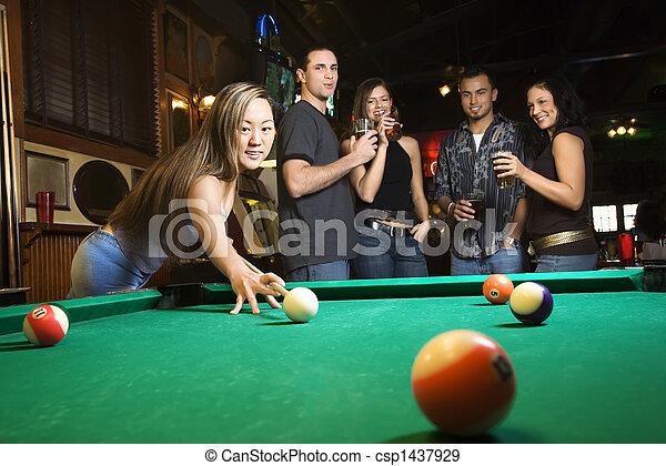 Mujer joven preparándose para jugar al billar. - csp1437929