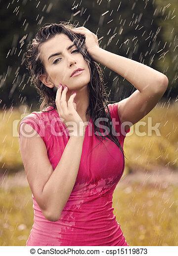 Mujer sexy en la lluvia de verano - csp15119873