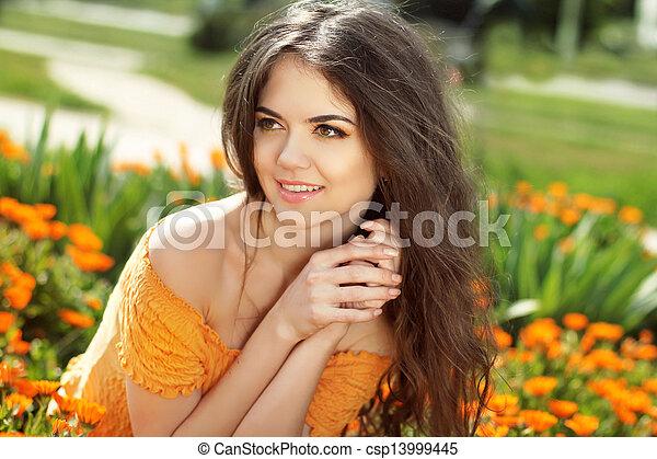 gouden, brunette, goudsbloem, enjoyment., armen, gezicht, vrouw, omhelzen, het glimlachen, bloemen, vrolijke  - csp13999445
