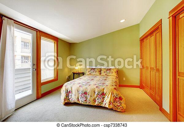 Gouden, hout, groene, slaapkamer. Groot, helder, groene, slaapkamer.