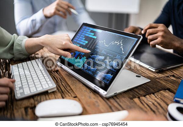 gráficos, utilizar, analizar, mientras, businesspeople, reunión, computador portatil - csp76945454