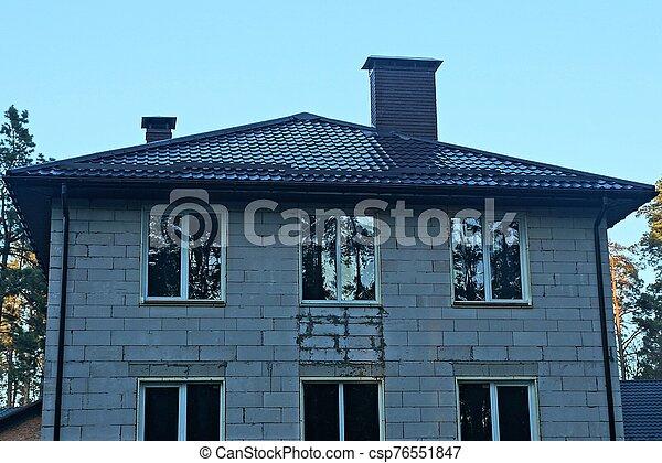 grå, tak, brun, vit, fönstren, tegelsten, tegeltäckt, hus, under - csp76551847