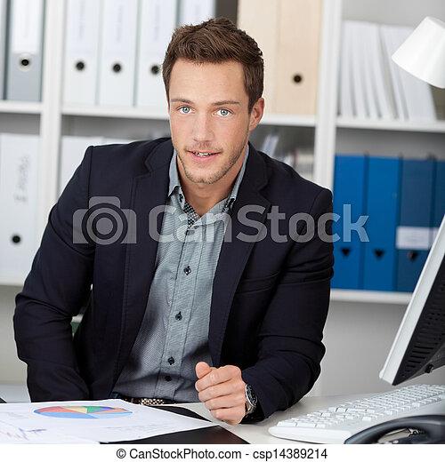 grafieken, zakenman, smart, kantoorbureau - csp14389214