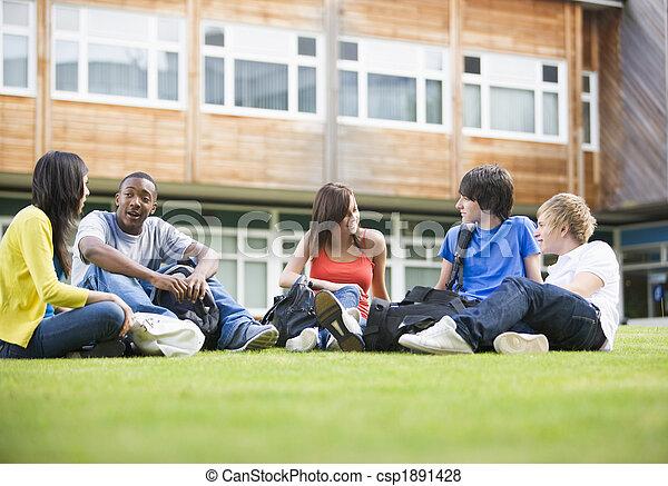 gramado, sentando, estudantes, falando, cidade faculdade universitária - csp1891428