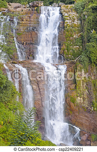 Una gran cascada en las montañas - csp22409221