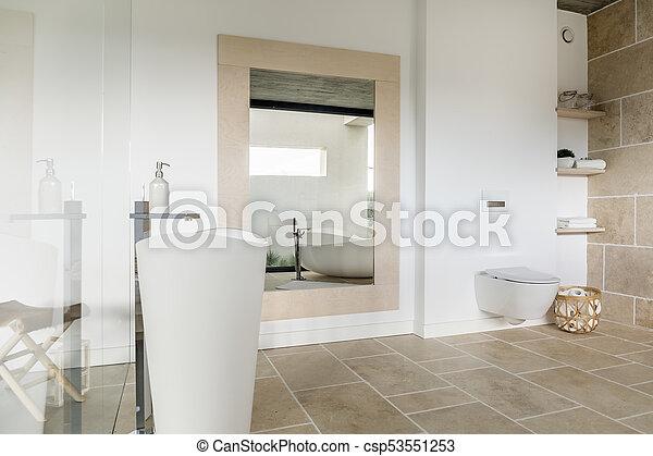 Grande, cuarto de baño, moderno, espejo. Cuarto de baño ...