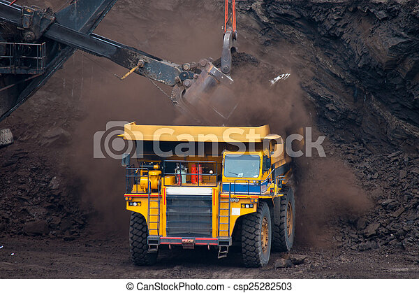 Un gran camión minero descarga carbón - csp25282503