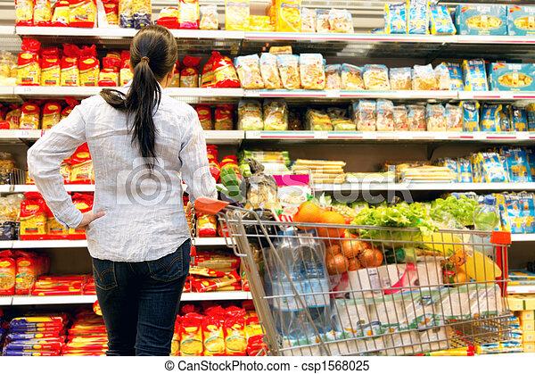 Una mujer en un supermercado con una gran selección - csp1568025