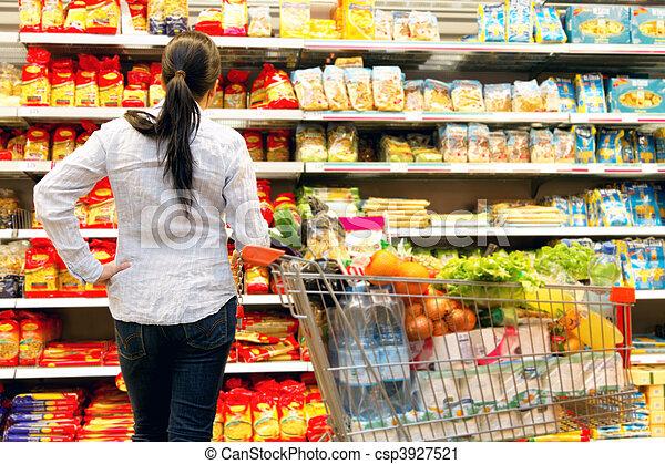 Una mujer en el supermercado con una gran selección - csp3927521