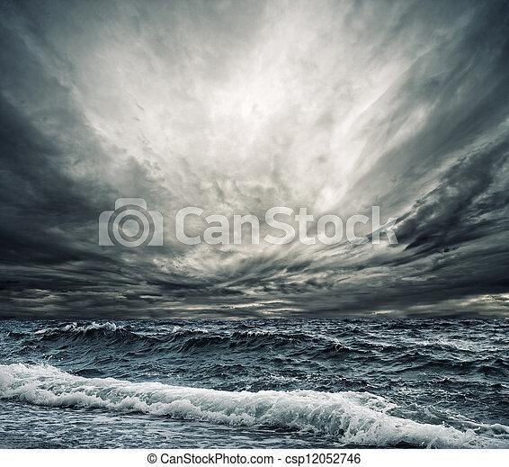 Gran ola oceánica que rompe la orilla - csp12052746