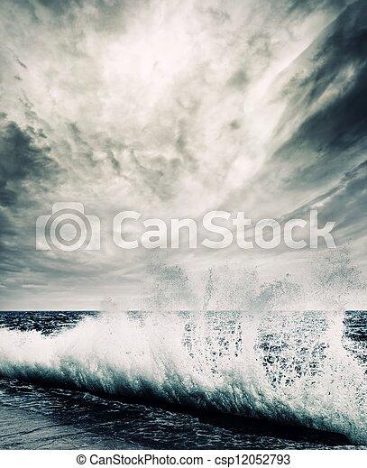 Gran ola oceánica que rompe la orilla - csp12052793