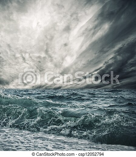 Gran ola oceánica que rompe la orilla - csp12052794