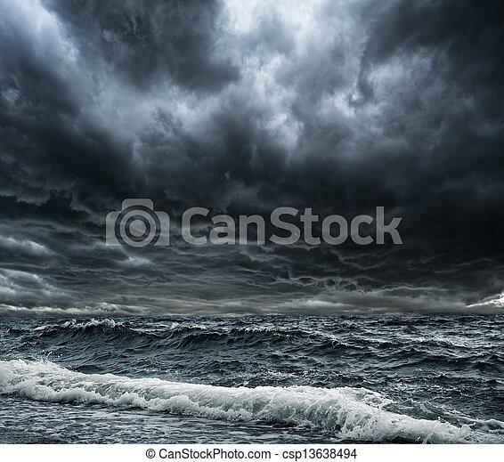 Gran ola oceánica que rompe la orilla - csp13638494