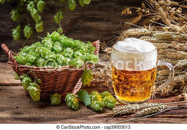 Una cerveza pequeña con mucha espuma - csp39003013