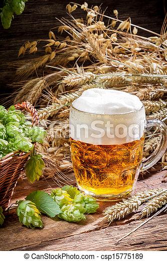 Una cerveza pequeña con mucha espuma - csp15775189