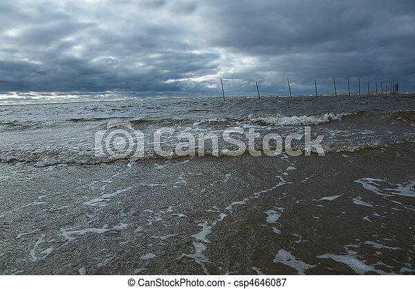 Gran ola oceánica rompiendo - csp4646087