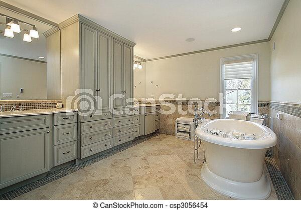 Baño maestro con bañera grande - csp3056454