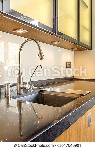 El fregadero de granito negro en la cocina - csp47046901