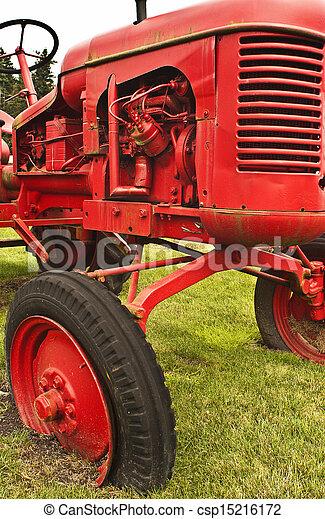 Un tractor de granja roja - csp15216172