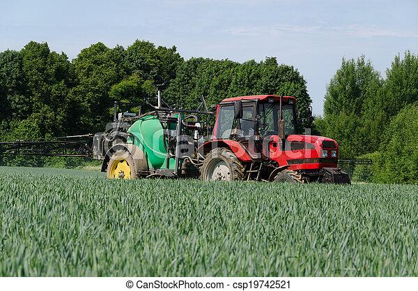 El tractor de maquinaria agrícola funciona en el campo - csp19742521
