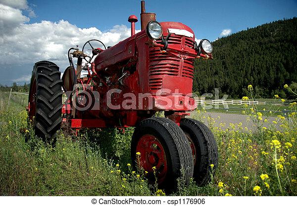 Un tractor de granja rojo - csp1176906