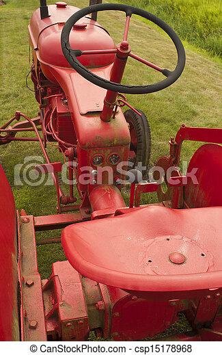 Viejo tractor de granja roja - csp15178968