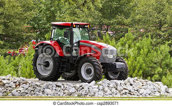 tractor rojo en gravilla - csp2893071
