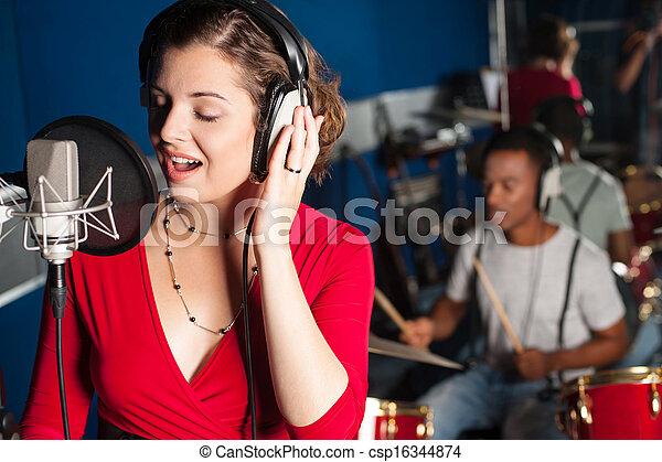 gravando, senhora, cantando, estúdio - csp16344874