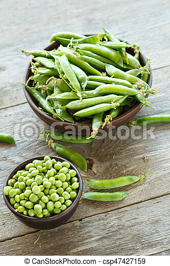 Green peas in a dish - csp47427159