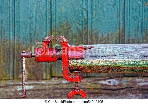 greep, oud, houten, metaal, plank, aangeschoten, op, rood - csp54042405