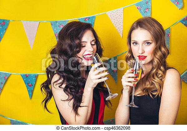 Grillage Appareil Photo Amis Filles Regarder Célébrer Anniversaire Séduisant Birthday Portrait Sourire Champagne Partie Joyeux