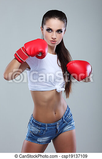 Hermosa chica de boxeo sexual, fitness, en un fondo gris - csp19137109
