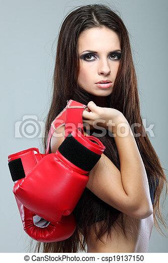 Hermosa chica de boxeo sexual, fitness, en un fondo gris - csp19137150