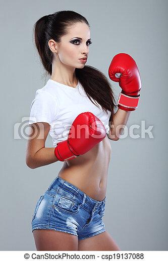 Hermosa chica de boxeo sexual, fitness, en un fondo gris - csp19137088