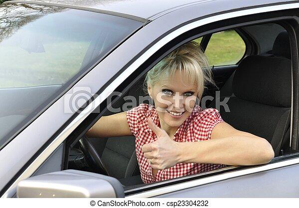 Una mujer conduciendo un coche gris - csp23304232