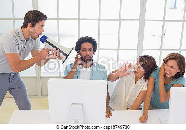 Hombre gritando a través del megáfono a la gente de negocios - csp18749730
