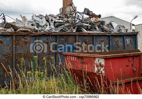 Metallabfall befindet sich in großen Containern - csp70986962