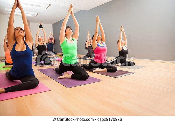 große gruppe von leuten in einem yogastudio portrait