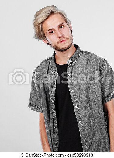 Groß Mann Blond Frisur Hübsch Kugel Mãnnerhemd Mode Concept