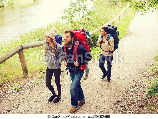 groep, het glimlachen, vrienden, rugzakken, wandelende - csp29482469