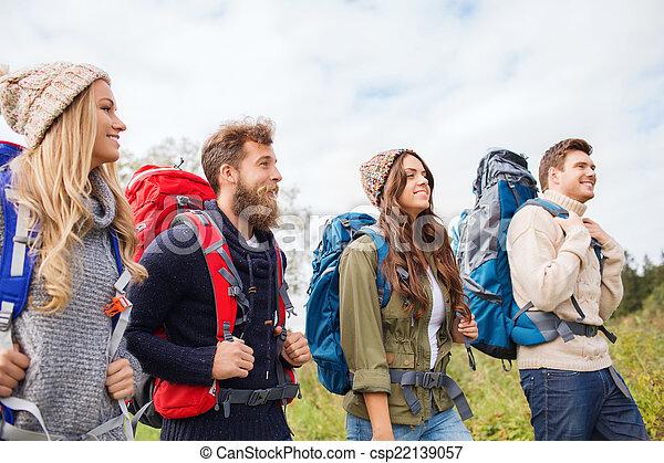 groep, het glimlachen, vrienden, rugzakken, wandelende - csp22139057