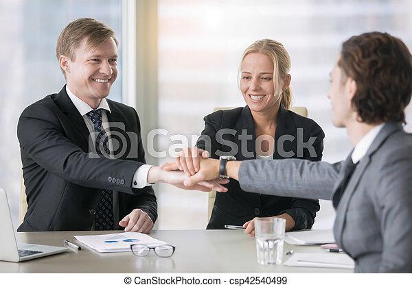 groupe, dirigeants, business, donner, haut cinq, sourire - csp42540499
