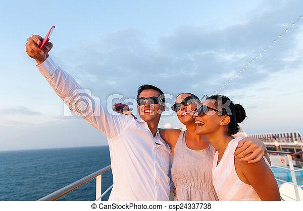 groupe, prendre, téléphone, utilisation, portrait, amis, soi, intelligent - csp24337738