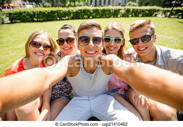 groupe, selfie, parc, confection, sourire, amis - csp21410462