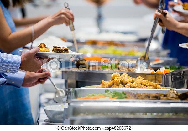 La gente organiza comida de buffet en un restaurante de lujo con frutas color carne y verduras - csp48206672