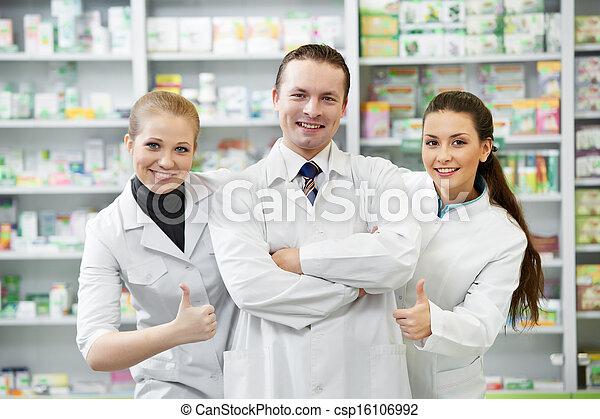 Grupo farmacéutico en la farmacia - csp16106992